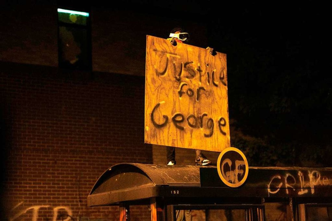 Der zunächst friedliche Protest forder...htigkeit für den Tod von George Floyd.  | Foto: KEREM YUCEL (AFP)
