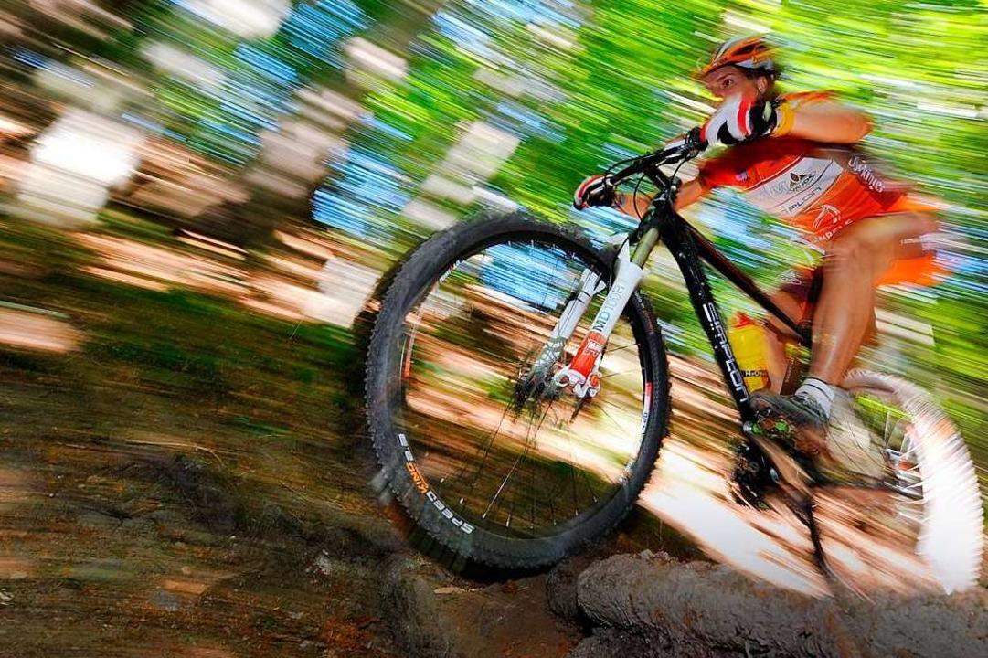 Mountainbiker unterwegs über Stock und Stein  | Foto: Felix Kästle