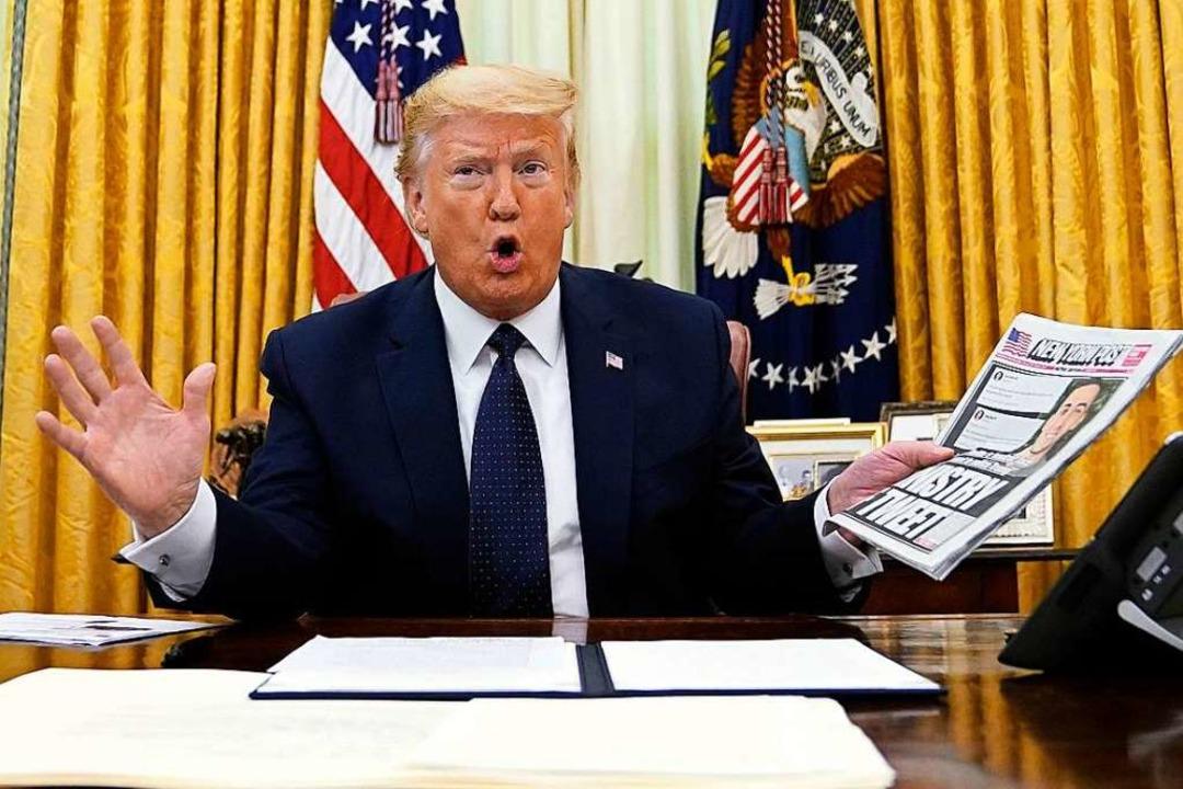 Donald Trump, Präsident der USA, zeigt...uen Verordnung stärker reglementieren.    Foto: Evan Vucci (dpa)