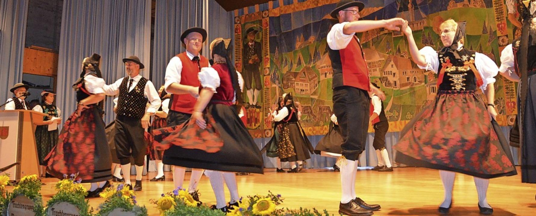 Die Tanzgruppe des Heimatvereins Häusern wird von Elvira Nuber angeleitet.  | Foto: Christiane Sahli
