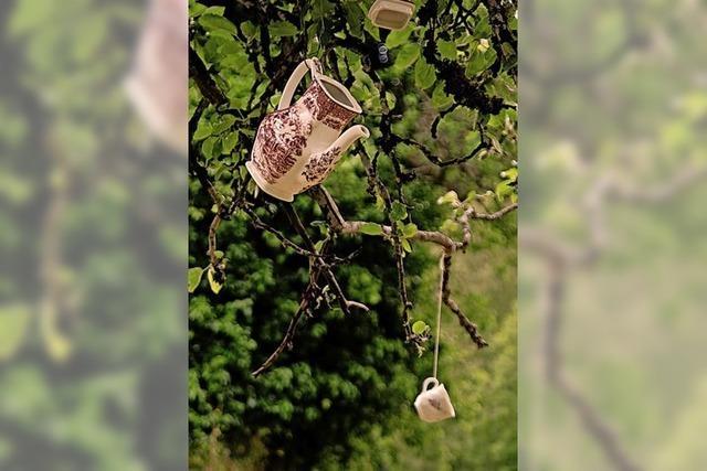 Kleine Zettel im Baum, fast wie Schmetterlinge