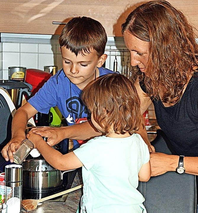 Dorfhelferinnen sind bei ihren Einsätzen in den Familien.  | Foto: Gerhard Lück