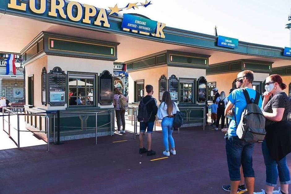 Mit zweimonatiger Verspätung ist der Europapark Rust heute in die Sommersaison gestartet. Auch dort sind die Spuren der Corona-Krise sichtbar. (Foto: Miroslav Dakov)
