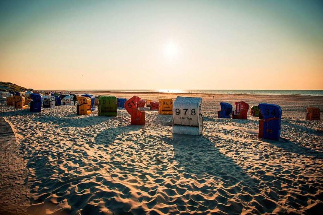Bunte Strandkörbe und endloser Sandstrand: Das ist die Nordseeinsel Juist.  | Foto: Juist.de (dpa)
