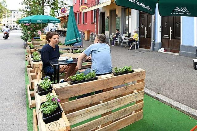 Sitzplätze statt Parkplätze: In Freiburg gibt es jetzt Parklets