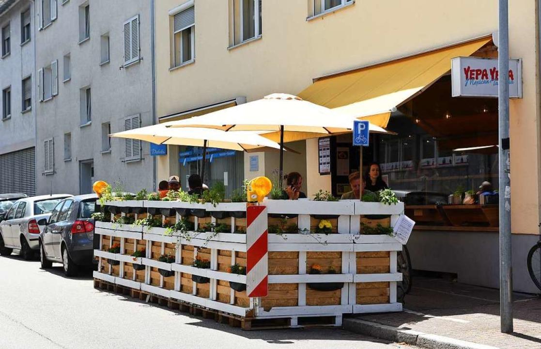 Ein Parkplatz weniger, ein paar Tische...ekam Fläche an der Merianstraße hinzu.  | Foto: Rita Eggstein