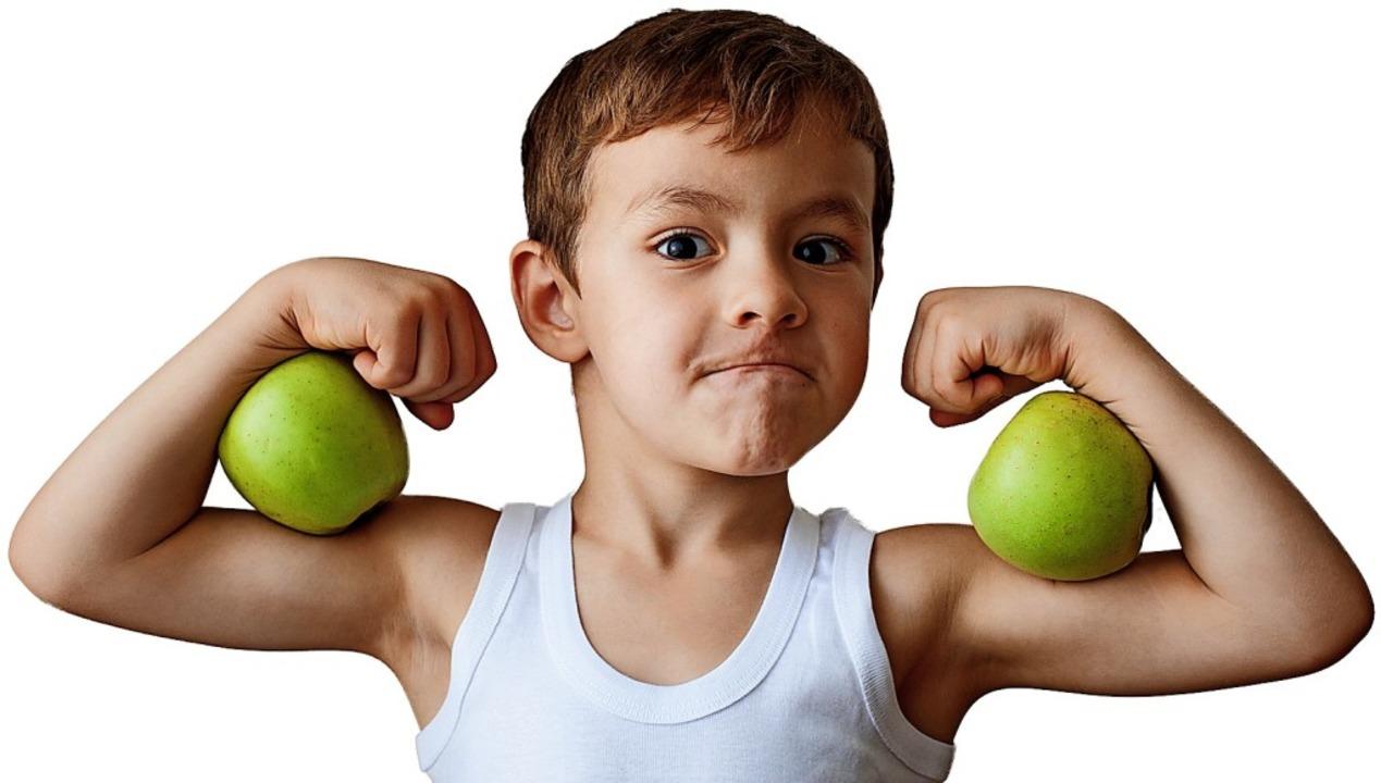 Auch Äpfel machen stark.    Foto: ruslanshug - stock.adobe.com