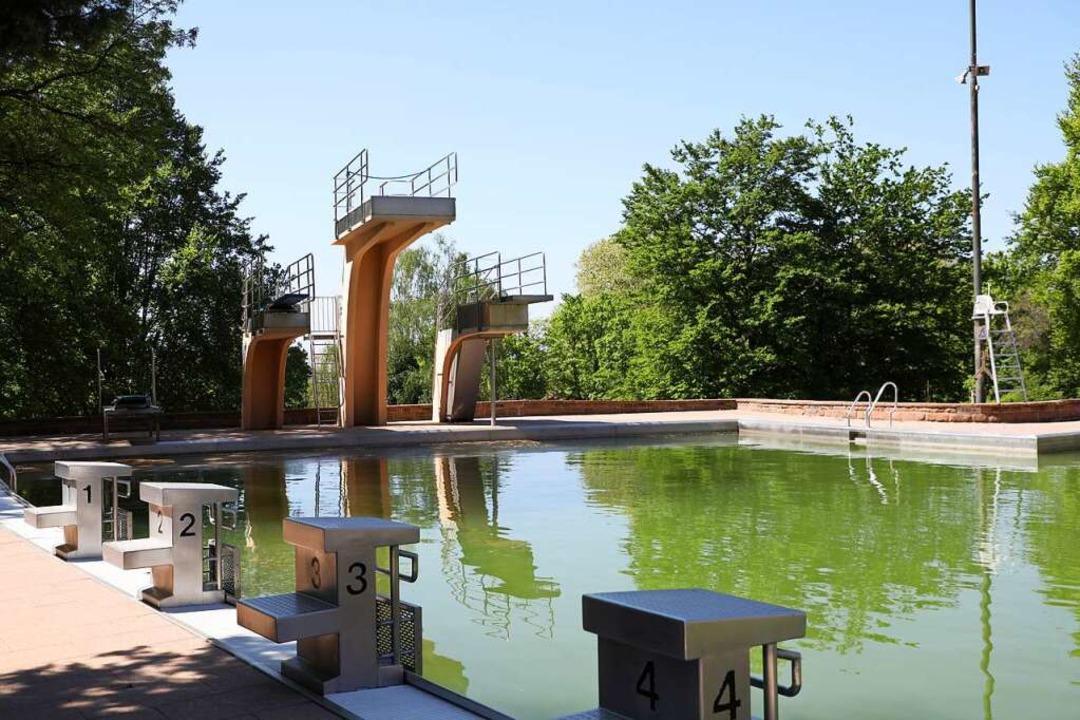 Bald sieht im Terrassenbad wieder alle...eder Badegäste schwimmen gehen dürfen.  | Foto: Christoph Breithaupt