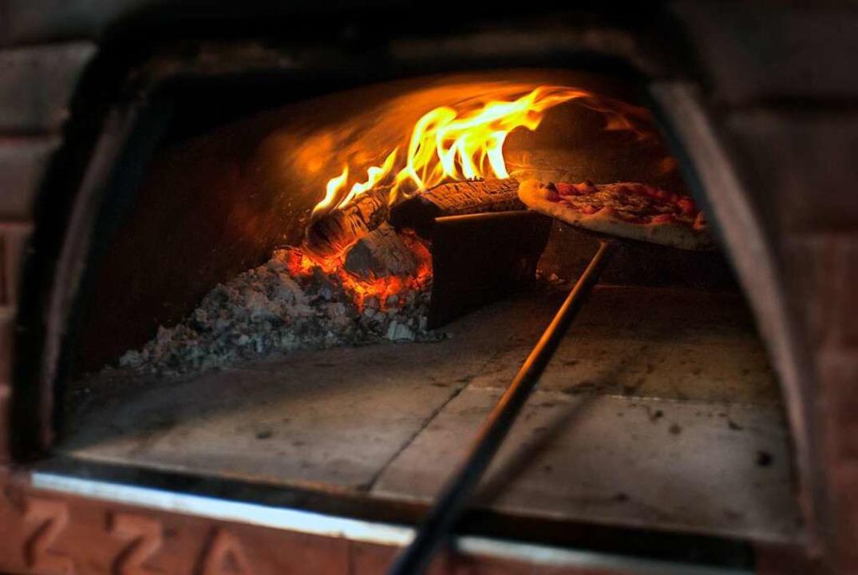 Das schmeckt: Pizza aus dem Holzofen    Foto: Stephan Elsemann