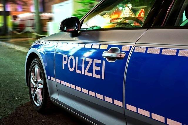 Mit Pistole und Schlagstock: Zwei Männer überfallen Geschäft in Freiburg