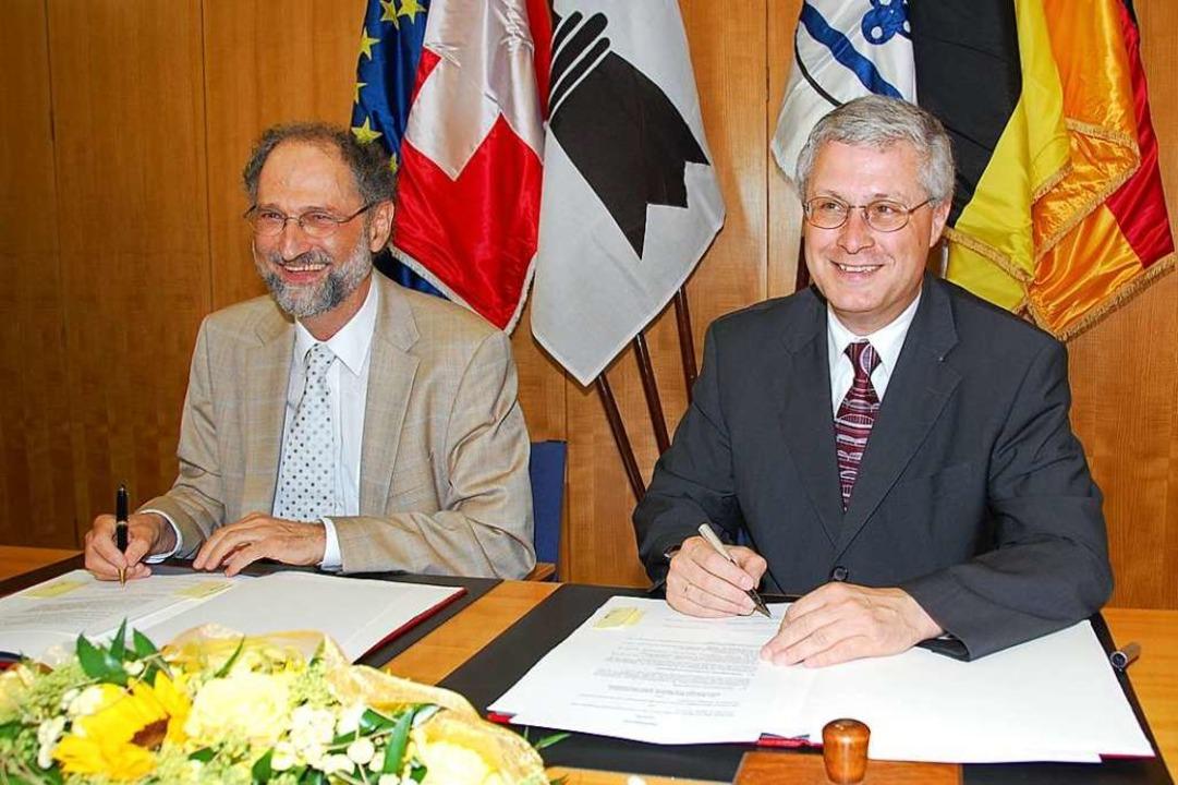 Basels Regierungsrat Ralph Lewin (link...rzeichnen der Tram-Vereinbarung (2008)  | Foto: Hannes Lauber