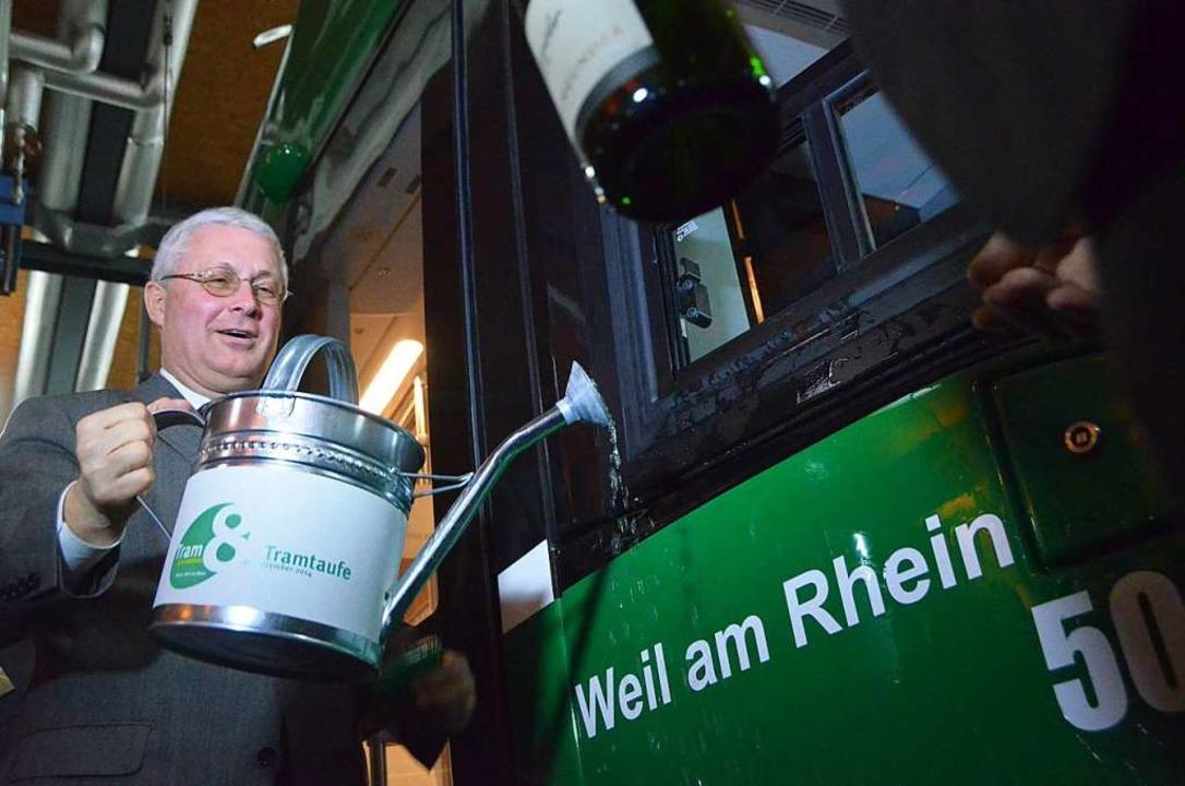 Mit Basler Rheinwasser tauft Weils Obe...eue Trämli. Sekt kam auch zum Einsatz.  | Foto: Jochen Fillisch