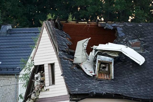 Kleinflugzeug stürzt in Hausdach – Bergung gestaltet sich schwierig