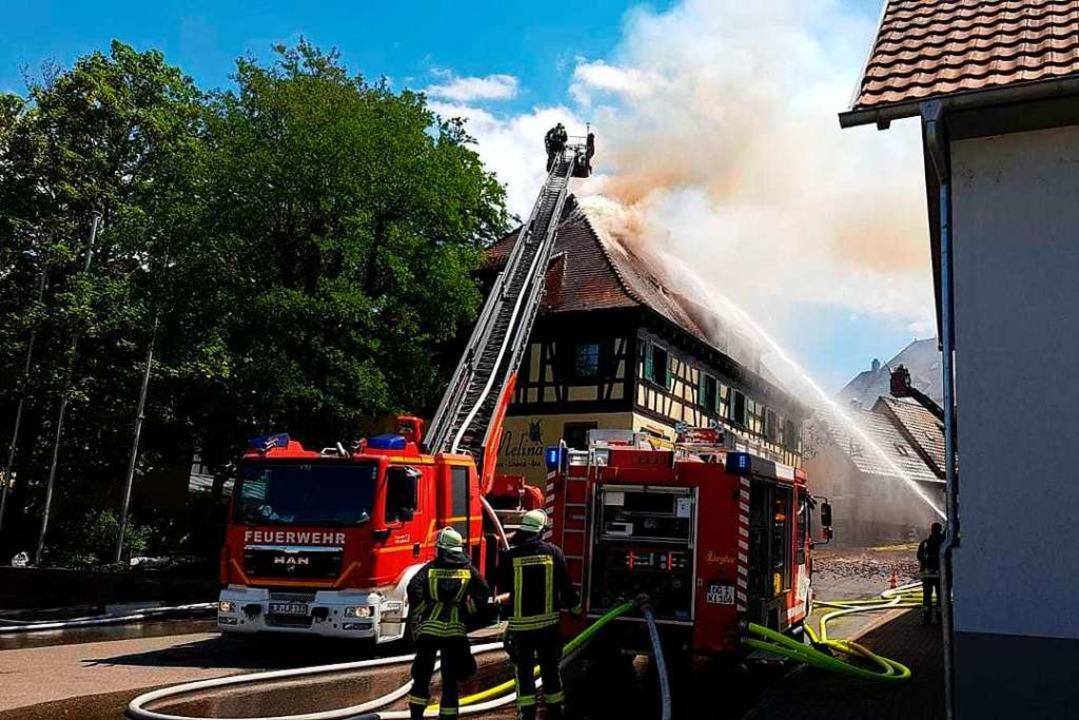 Die Feuerwehr löscht mit Drehleiter.  | Foto: Wolfgang Künstle