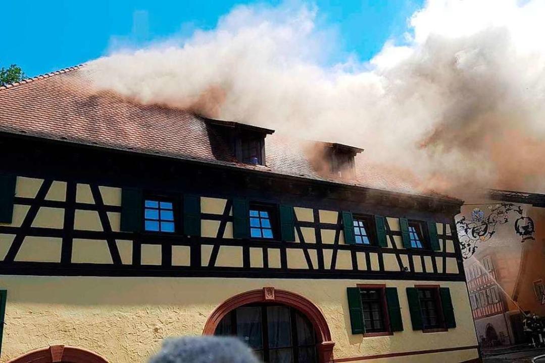 Starker Rauch steigt aus dem Dachstuhl...hemaligen Gasthauses Löwen in Mahlberg  | Foto: Wolfgang Künstle