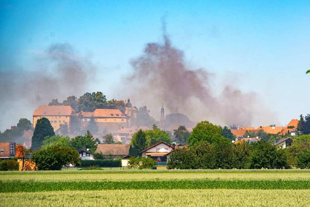 Von weither war die Rauchsäule sichtbar.  | Foto: Olaf Michel