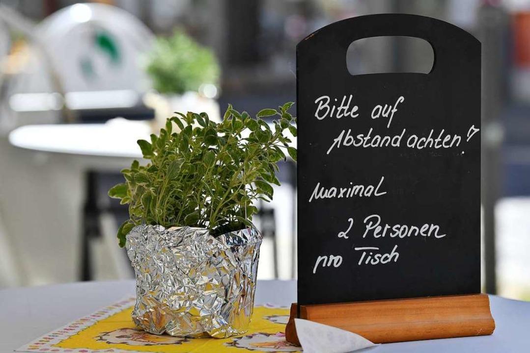 Gastwirtschaften haben wieder geöffnet, allerdings mit neuen Regeln.  | Foto: Martin Schutt (dpa)