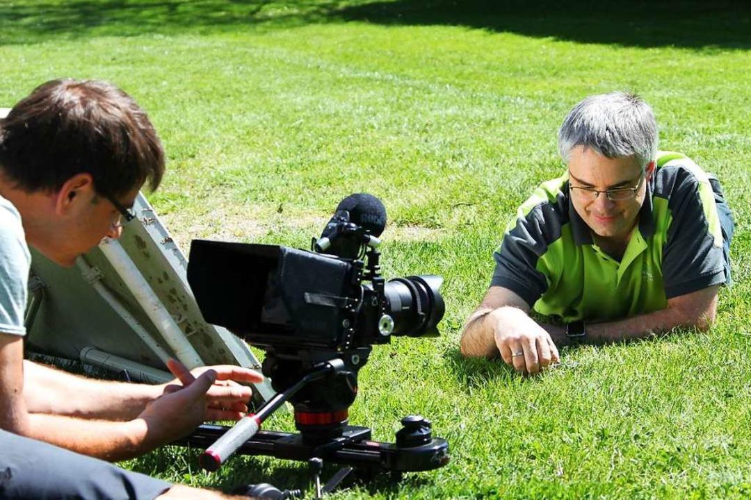 Scheut keine Mühen für seine Gäste: de...-Chef Jens Ziegler beim Grasschneiden.  | Foto: Jumediaprint