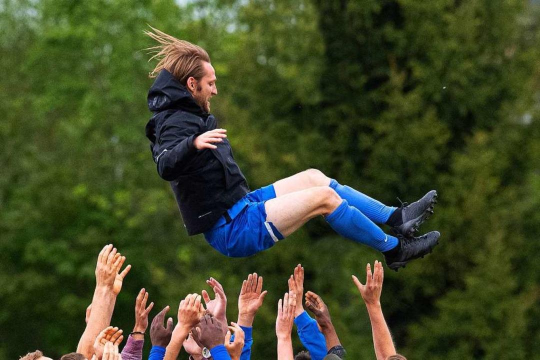 Er lebe hoch: Florian Heitzmann, vor e... um die Fußballjugend des FC Neustadt.  | Foto: Wolfgang Scheu