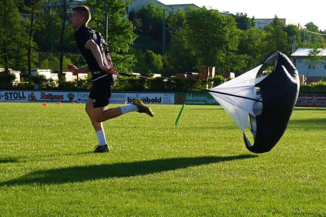 Nicht zu stoppen:  Marc Grießhaber vom SV Hölzlebruck mit  Bremsschirm.  | Foto: Johannes Bachmann