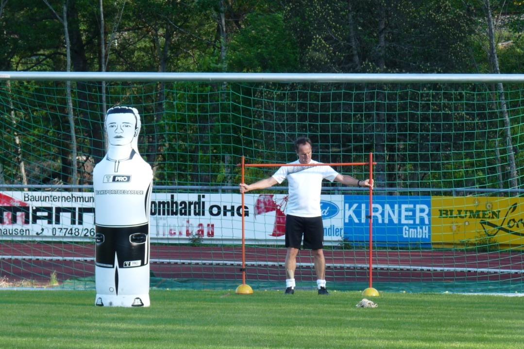 Versuchsanordnung:  HSV-Trainer Tobias...geblasenen  Kameraden und dem Tornetz.  | Foto: Johannes Bachmann