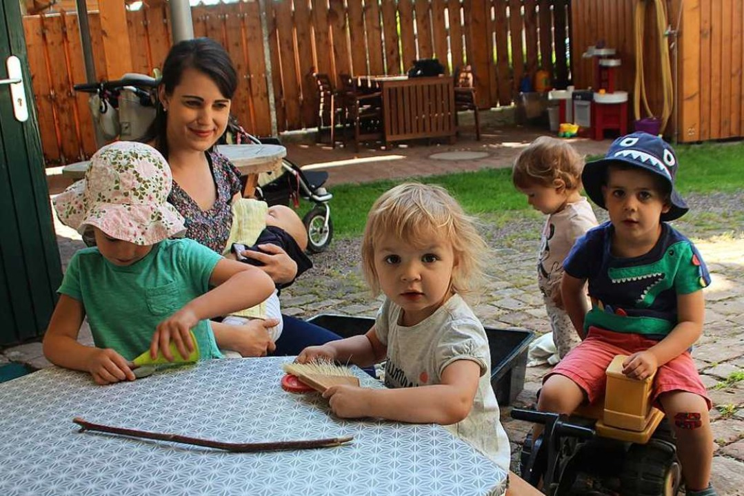 Felicitas Rockenbach mit drei Tageskin...n Kindern in ihrem Garten in Ettenheim    Foto: Erika Sieberts