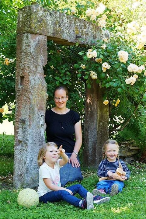 Rebekka Konrad mit zwei Kindern, die sie betreut,  in ihrem Garten in Hugsweier    Foto: privat