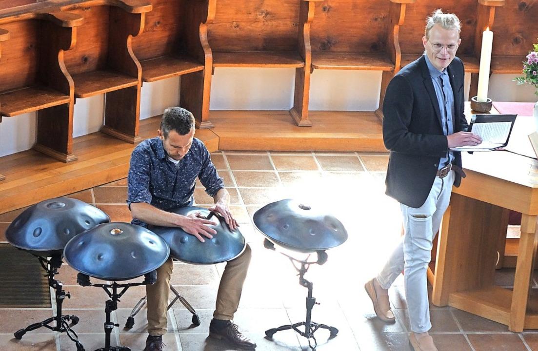 Der Musiker Tilo Wachter, der auf dem ...er Evangelischen Kirche in Schallbach   | Foto: Roswitha Frey