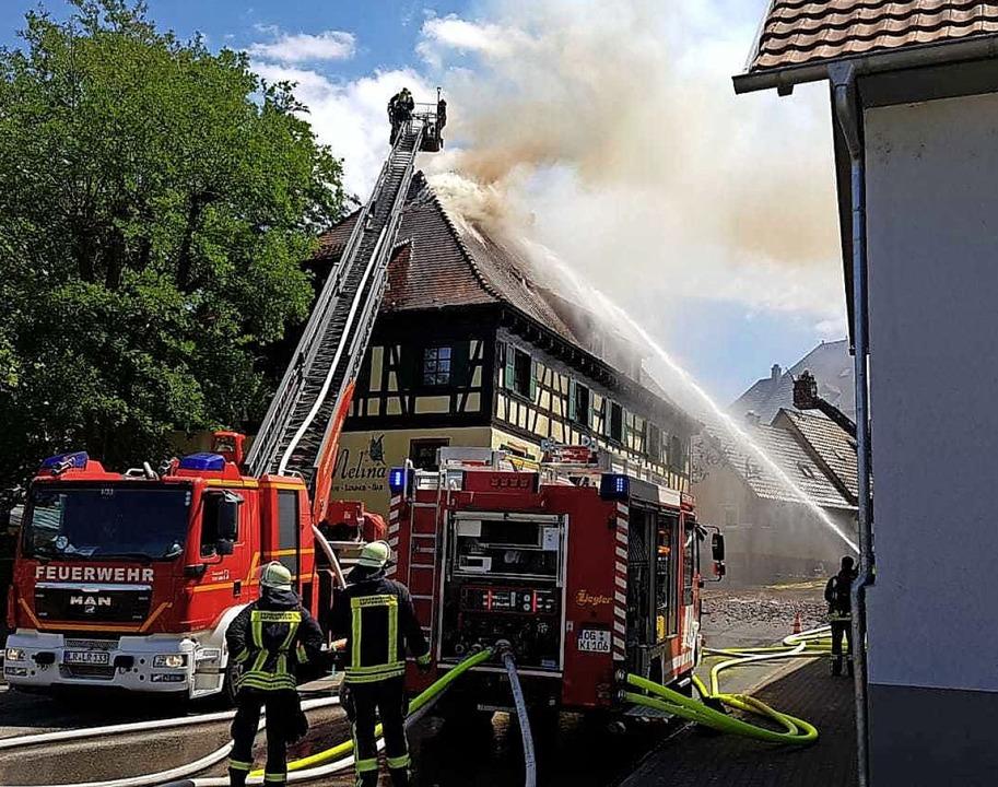 Mit Drehleitern aus Lahr und Ettenheim war die Feuerwehr im Einsatz.    Foto: Wolfgang Künstle