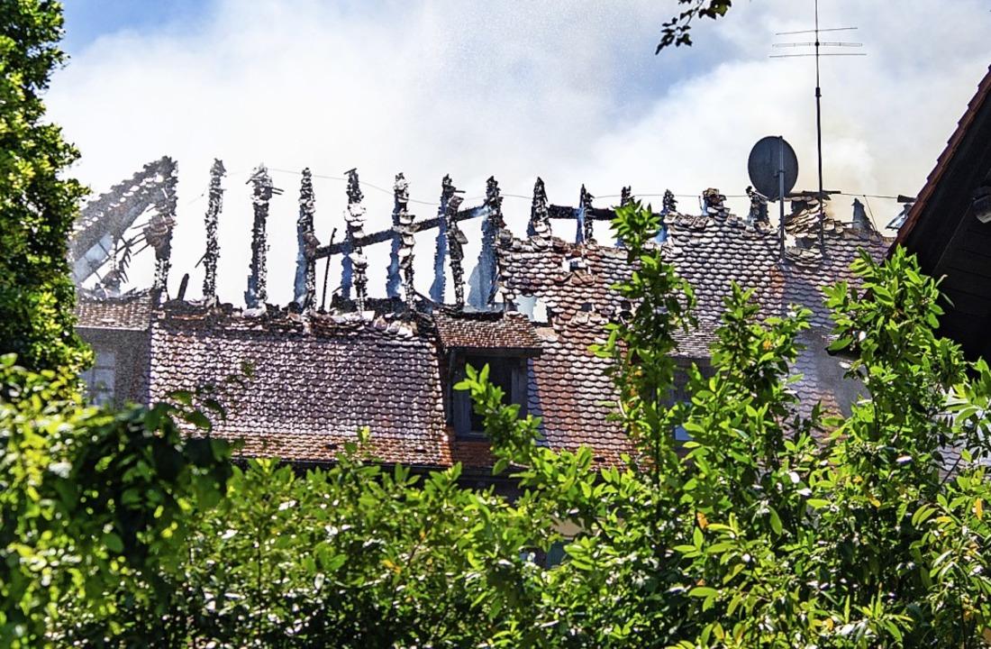 Der Dachstuhl ist komplett ausgebrannt...est des Hauptgebäudes ist beschädigt.     Foto: Olaf Michel
