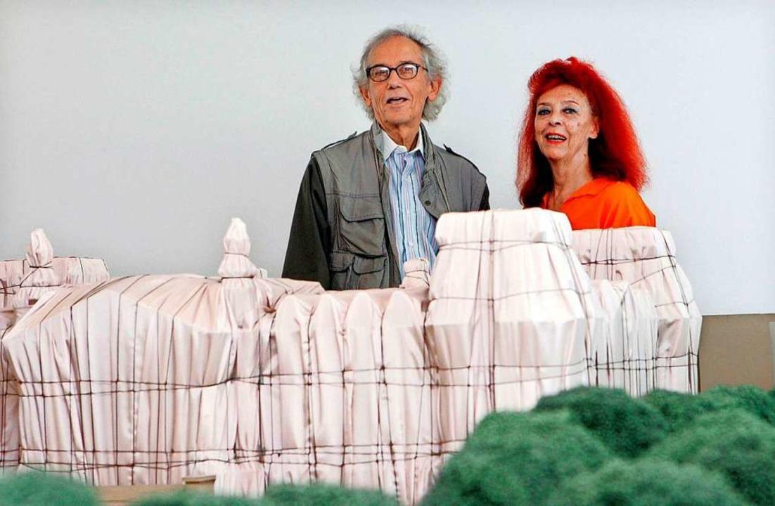 Christo mit Jeanne-Claude vor einem Modell des verhüllten Reichstags.  | Foto: Raquel Manzanares, EPA (dpa)