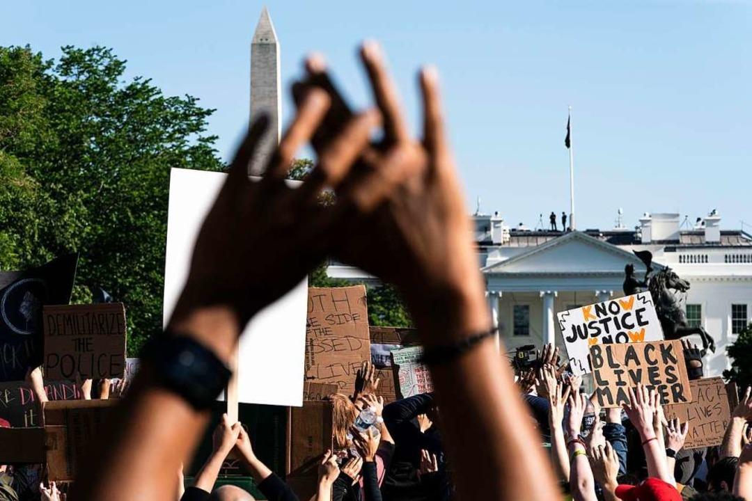 Demonstranten am Montag vor dem Weißen Haus in Washington DC.  | Foto: JOSHUA ROBERTS (AFP)