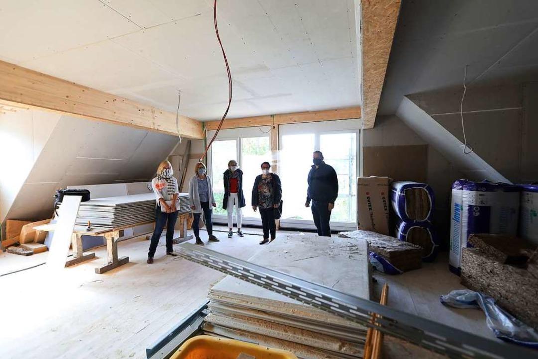 Im Zeitplan ist das künftige Seniorenw...atorinnen und Architekt beim Rundgang.  | Foto: Christoph Breithaupt