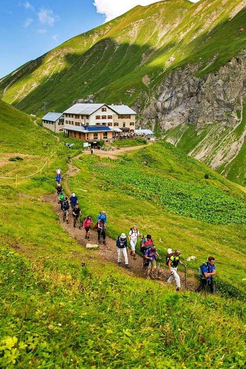 Wanderer vor der Kemptner Hütte in den Allgäuer Hochalpen  | Foto: DAV Allgäu-Kempten (dpa)