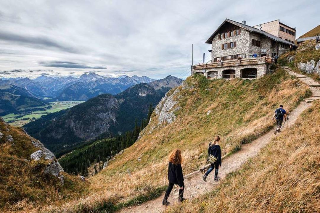 Wanderer gehen zur Bad Kissinger Hütte des Deutschen Alpenvereins    Foto: Nicolas Armer (dpa)
