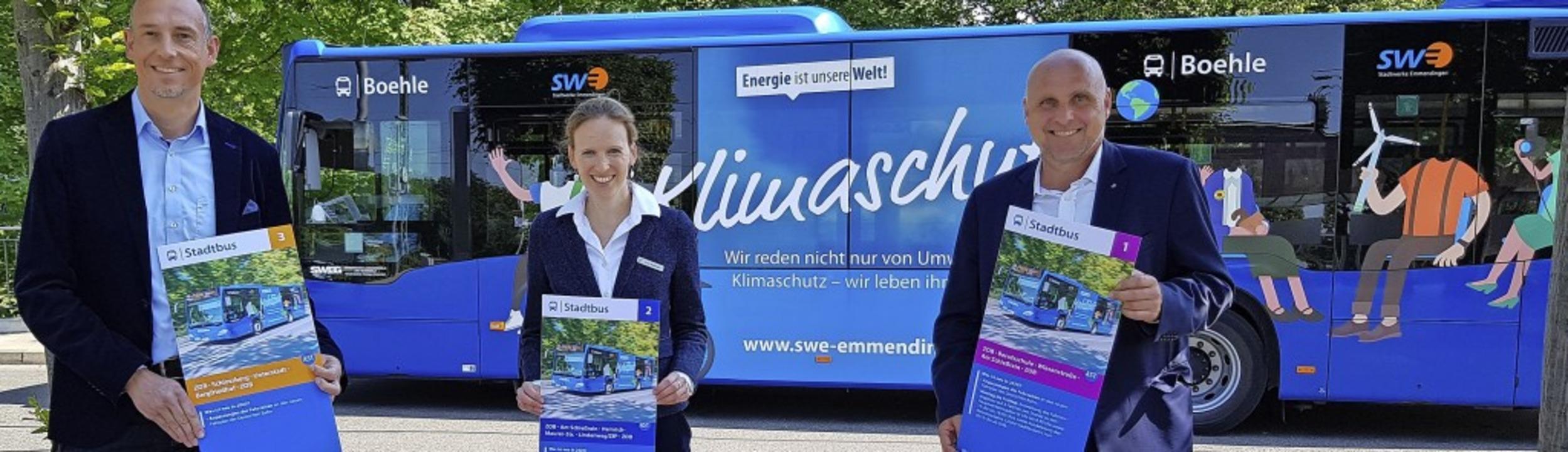 Präsentieren die neuen Stadtbus-Flyer ...ister Stefan Schlatterer (von links).     Foto: Gerhard Walser