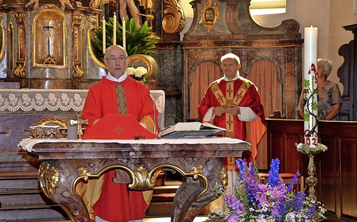 Die Pfarrer Bernhard Schneider (links)...tesdienst Abstand voneinander halten.     Foto: Roland Vitt