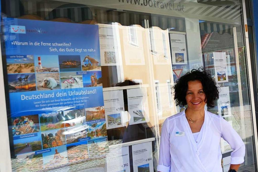 Bo Diehr wirbt in ihrem Reisebüro für Urlaub in Deutschland.  | Foto: Martin Wunderle