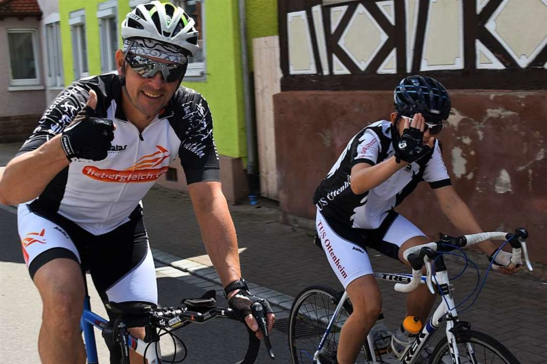 Bürgermeister Erik Weide unterwegs mit seinem Sohn Oskar  | Foto: Holtfoth