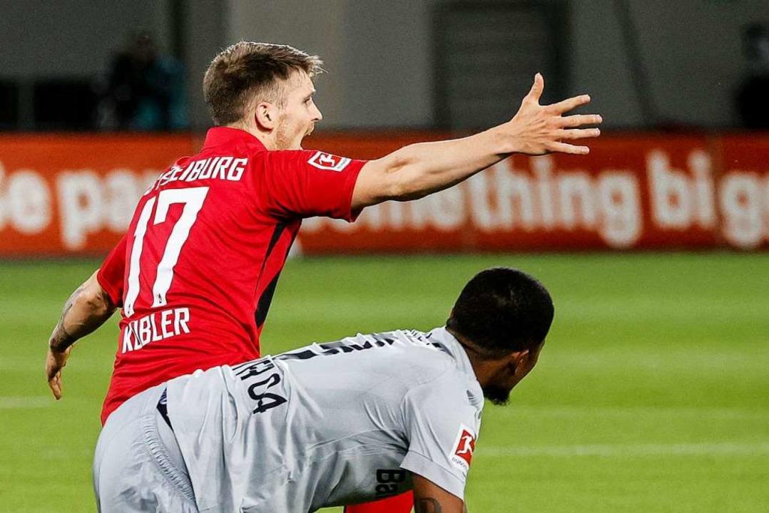 Gegen Leverkusen gleich wieder voll in Aktion: Lukas Kübler  | Foto: Ronald Wittek (dpa)