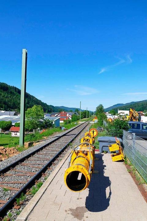 Auf dem Bahnsteig liegt ein Werkzeug zum Einbau der Masten.  | Foto: Sylvia Sredniawa
