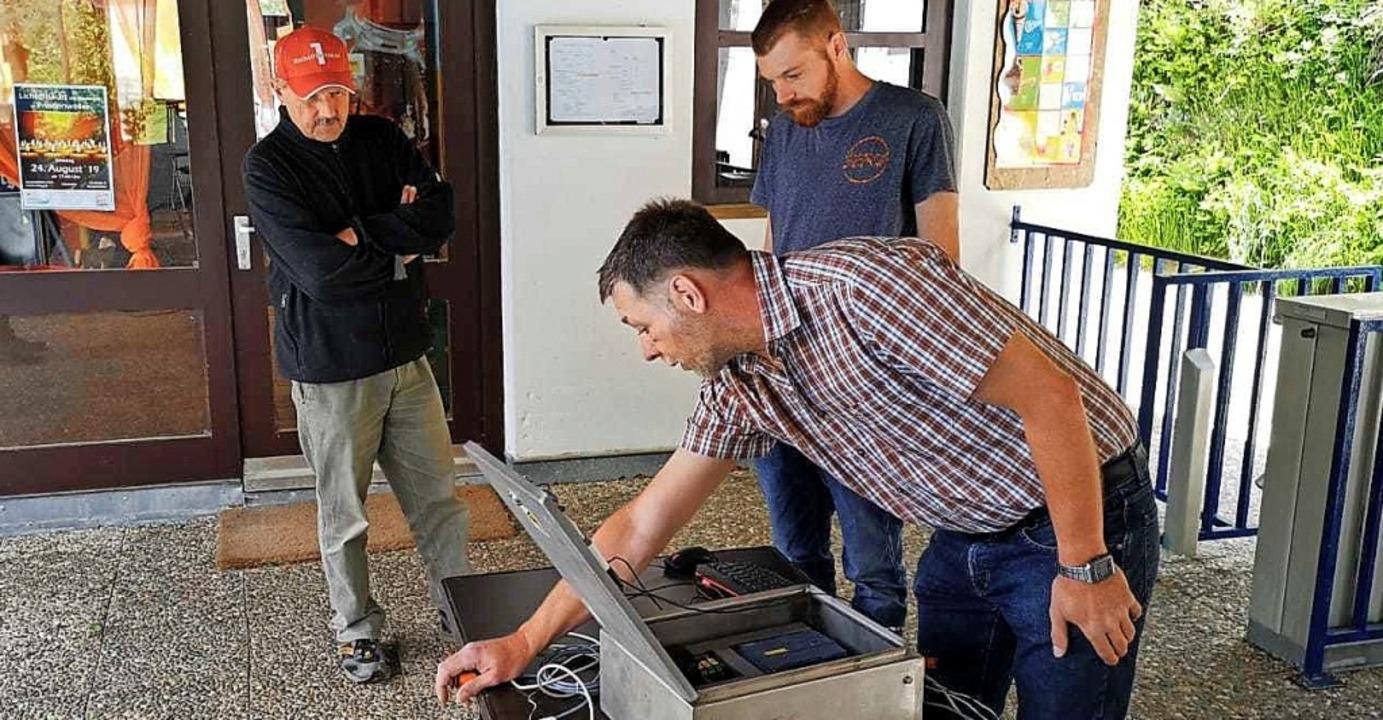 Die Techniker des Freibadfördervereins...angsdrehkreuze zur Zählung der Gäste.   | Foto: Liane Schilling
