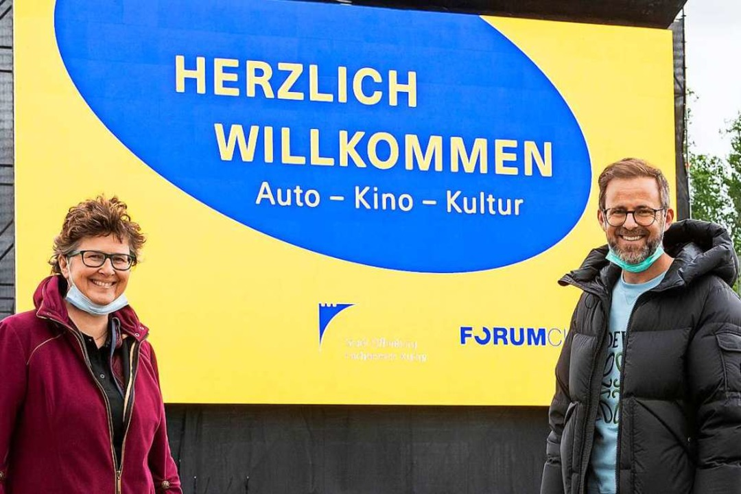 Jan Marc Maier (hier mit Offenburgs Ku...Leinwand auf dem Messegelände begrüßt.  | Foto: Hubert Braxmaier/Braxart Fotografie