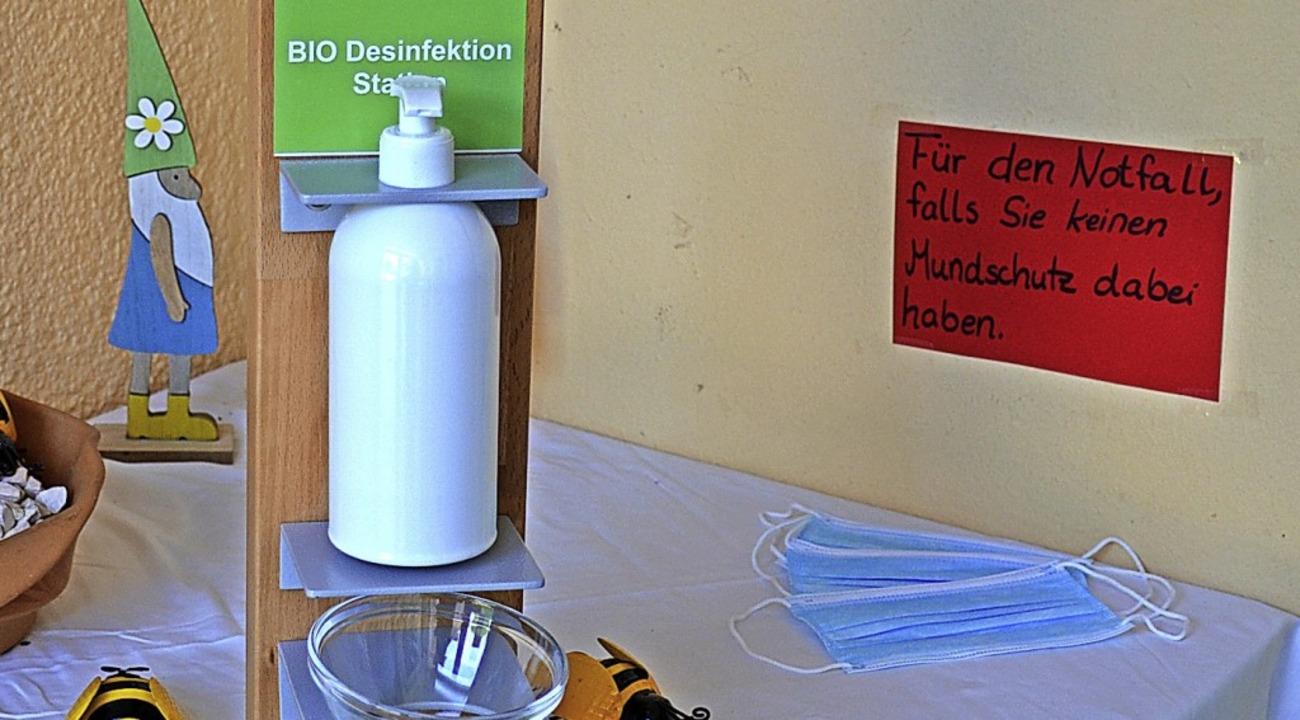 Gehört inzwischen zum Kita-Alltag: Desinfektionsmittel und Maske  | Foto: Gabriele Hennicke