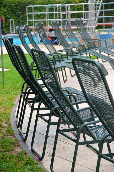Bleiben unbenutzt: Liegestühle im Dreisambad  | Foto: Markus Donner