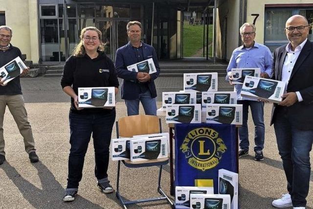 Der Lionsclub spendet 21 Tablets und 5 Notebooks