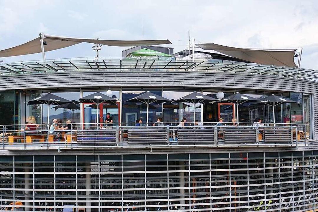 1,5 Meter Abstand zwischen den Tischen...passt im Café Hermann am Hauptbahnhof.  | Foto: Joshua Kocher