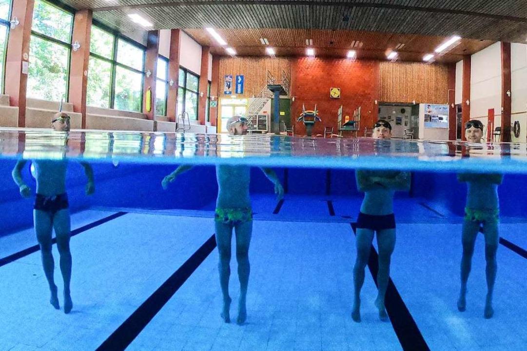 Über und unter Wasser: die Triathleten...glichkeit im Bürgerbad von Merzhausen.  | Foto: Achim Keller