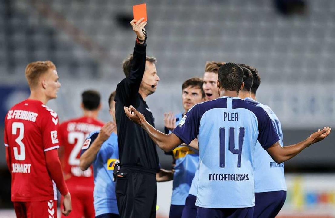Spielentscheidend: Alassane Pléa sieht...nd den damit verbundenen Platzverweis.  | Foto: RONALD WITTEK (AFP)