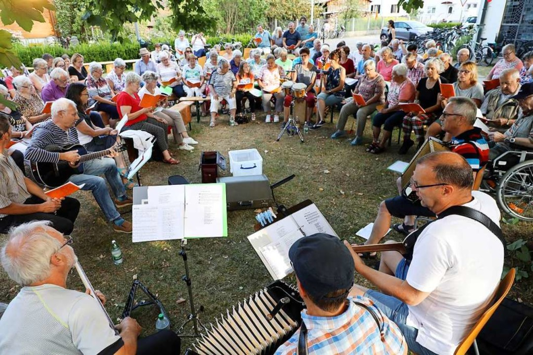 Gemeinsames Singen, wie bei der Riedwo...rdnung nicht vereinbart werden können.    Foto: Christoph Breithaupt